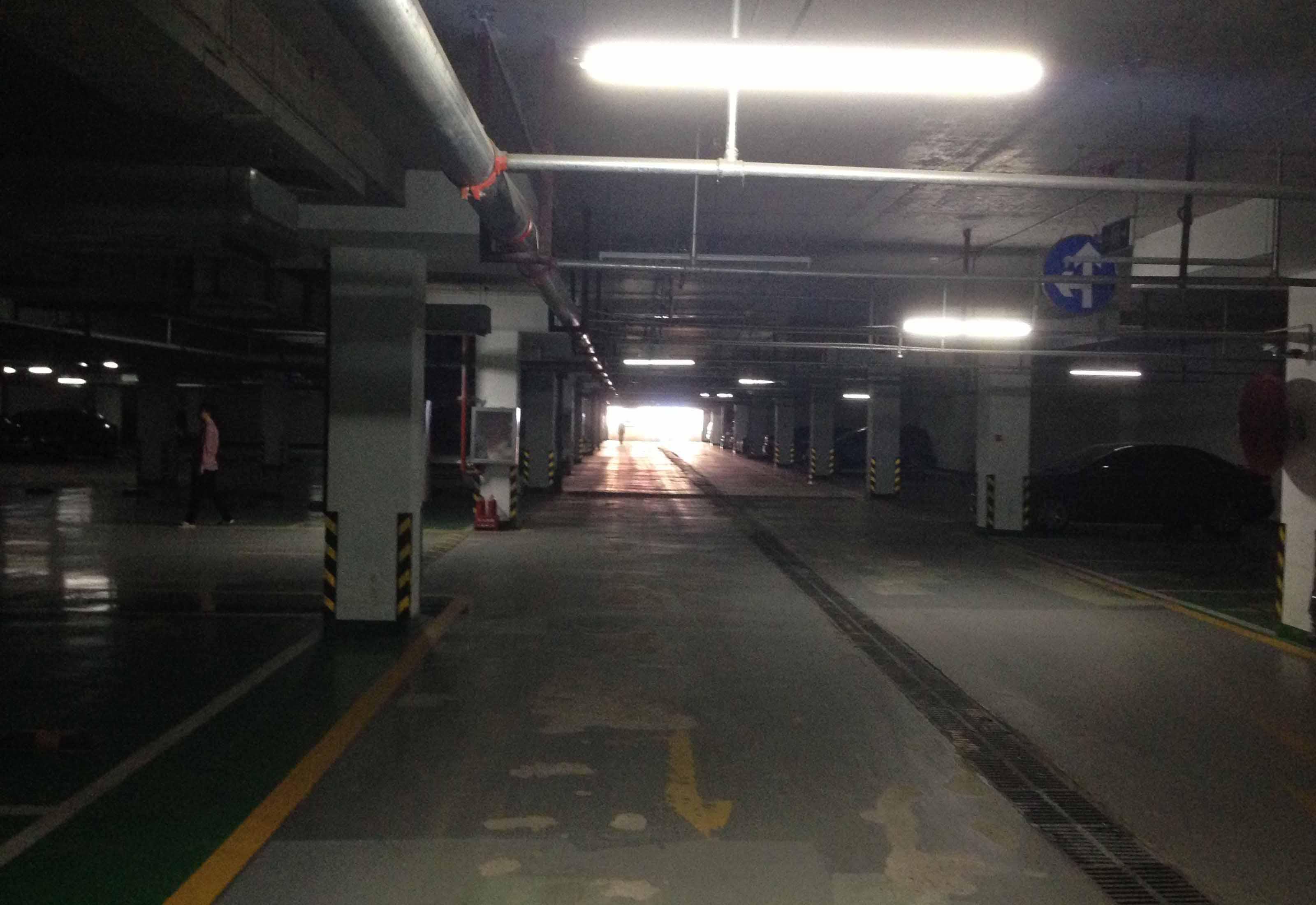 地下停车场入口